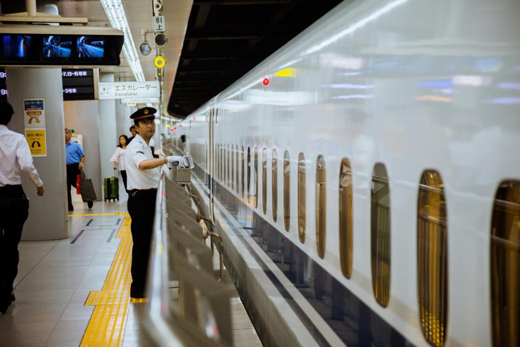Revisor a la llegada de un tren Shinkansen en Japón