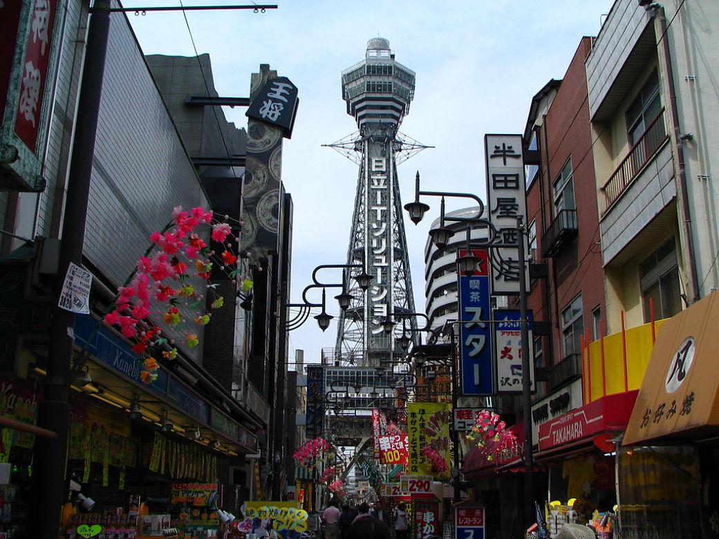 Torre Tsutenkaku en el barrio de Shinsekai, Osaka