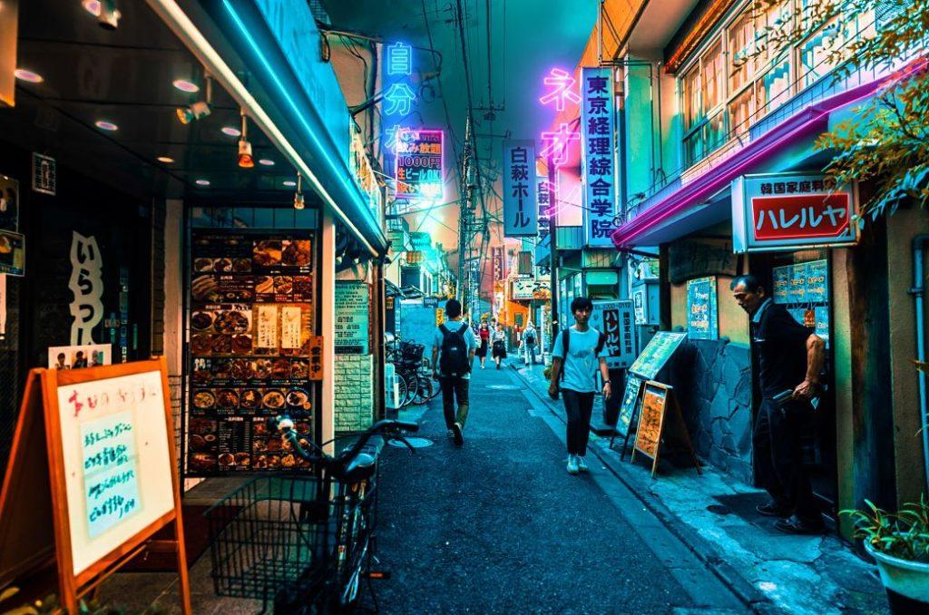 Japoneses en calle de restaurantes de Japón