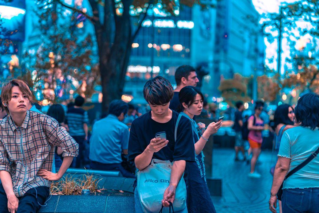 Japoneses usando el móvil en Shibuya