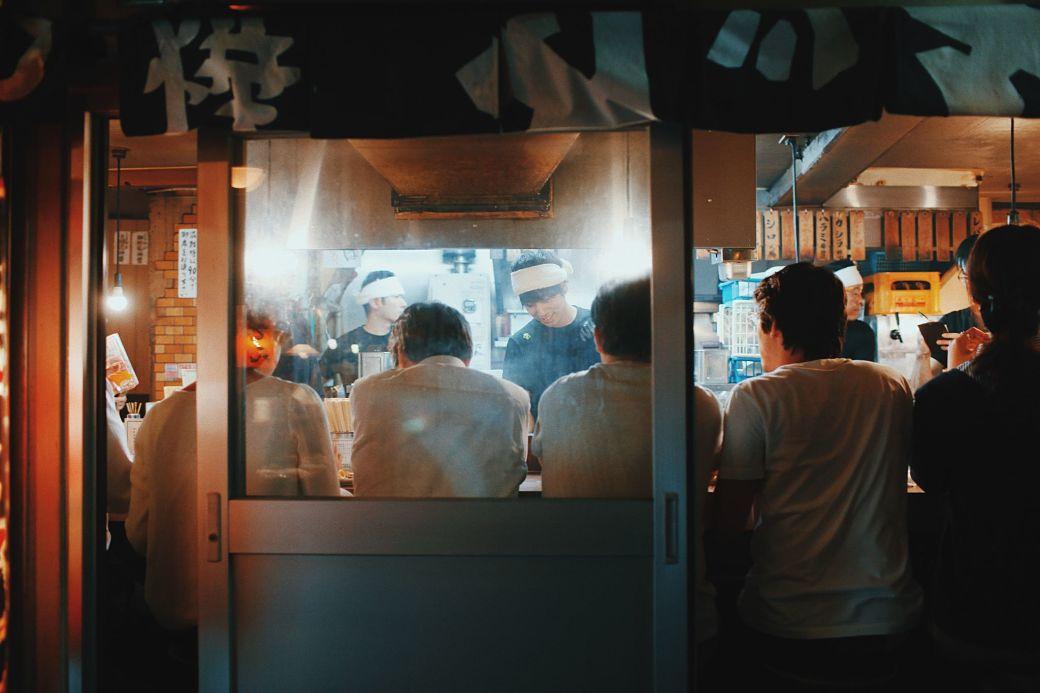 Pequeño local de comida en Shinjuku