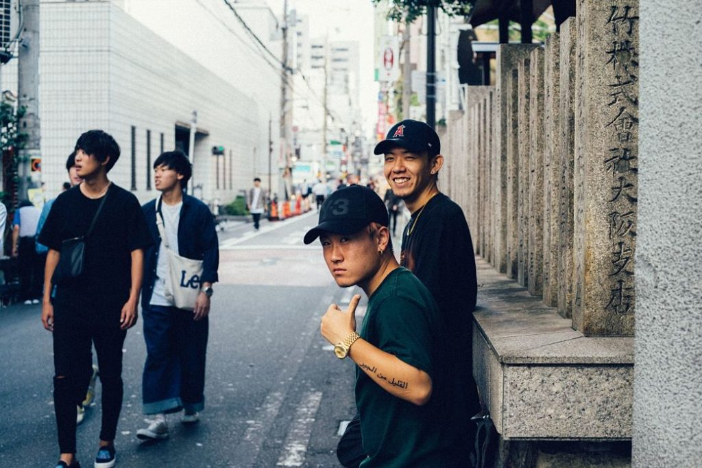 Jóvenes japoneses saludando