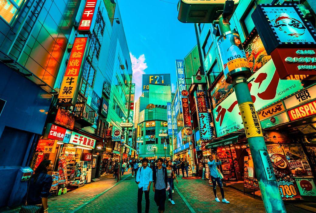 Japoneses paseando en calles de Tokio