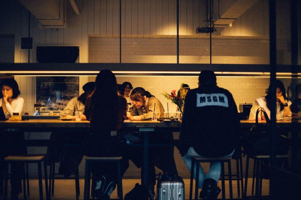 Japoneses charlando y pasando el rato en un bar o cafetería