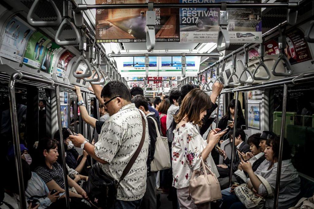 Japoneses en un vagón de metro