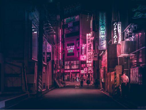 Calle iluminada de noche en Japón