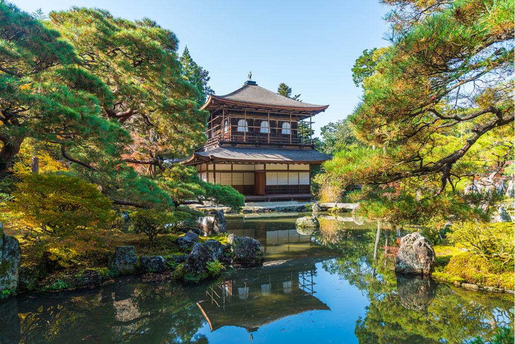 Temlo Ginkakuji rodeado de arboles verdes y un estanque