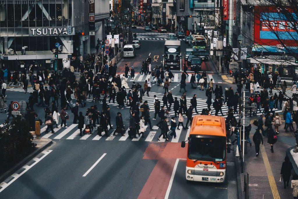 Trabajadores japoneses dirigiéndose a sis empresas por la mañana en Japón