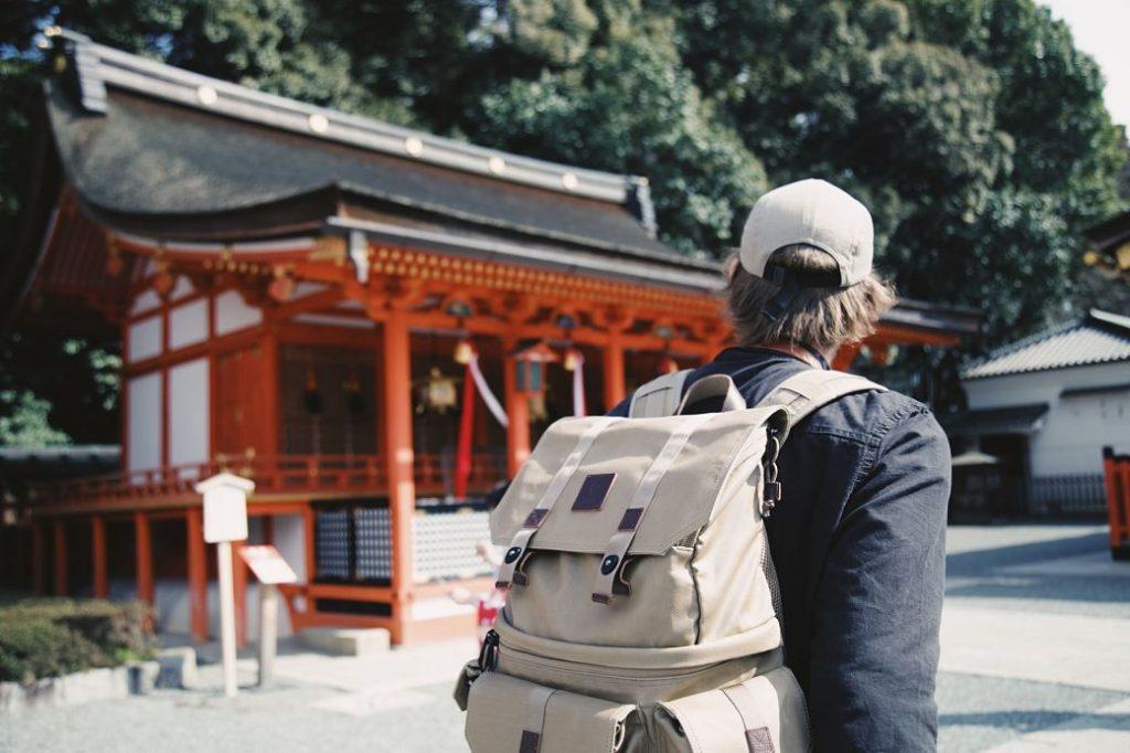 Viajero en un temlpo japonés