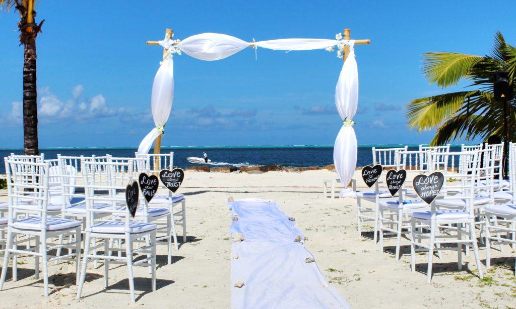 Ceremonia de boda frente al mar sillas blancas