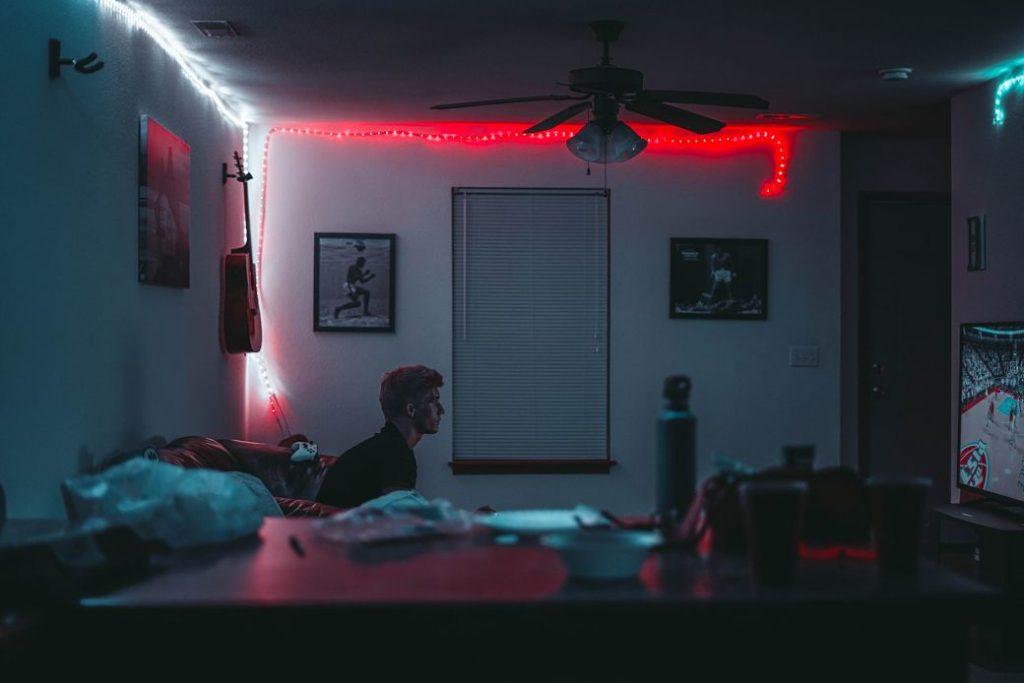 Chico solo en habitación con luz tenue