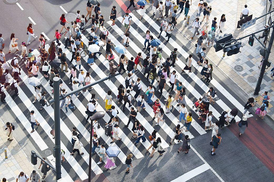 Cruce en Japón con multitud de transeúntes