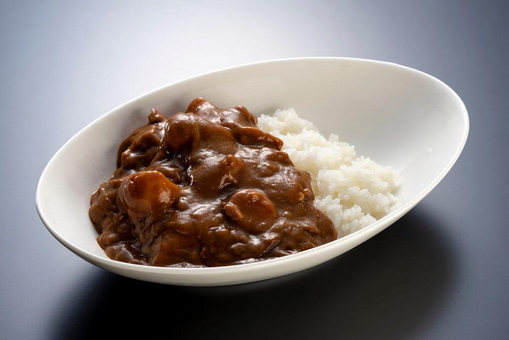 Plato de arroz al curry japonés