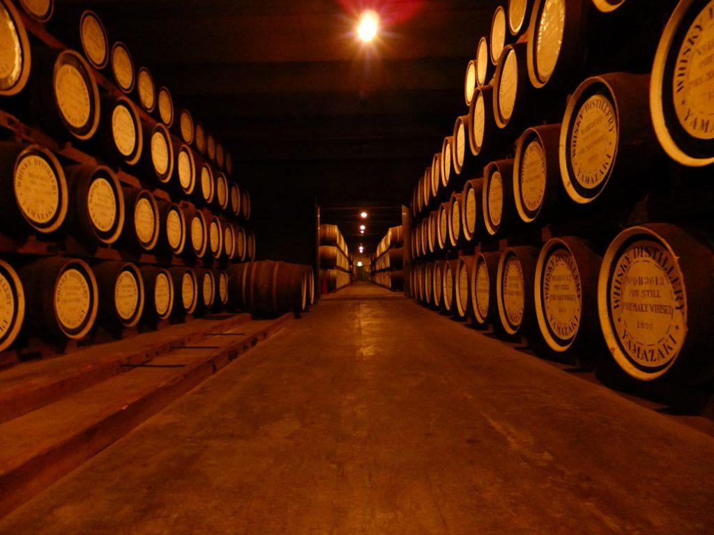 Barricas de whisky japonés en la destilería de Yamazaki, Japón