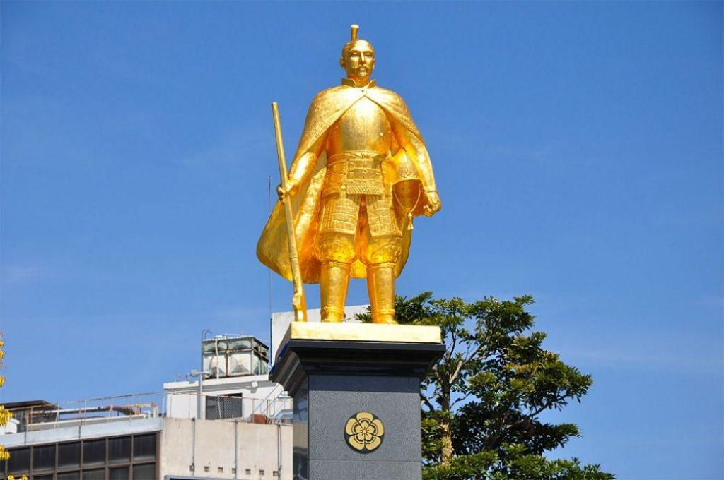 Estatua dorada de Oda Nobunaga