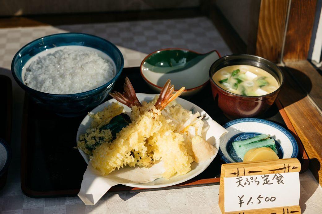 Típico menú de tenpura japonés con bol de arroz o gohan