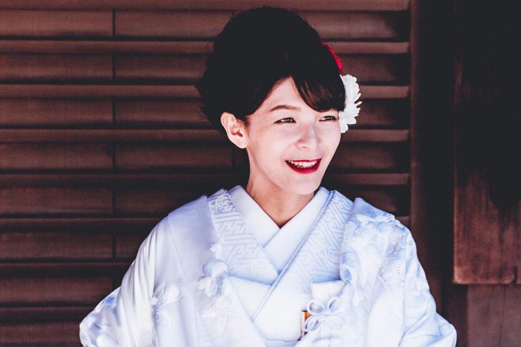 Movia japonesa con vestido blanco tradicional