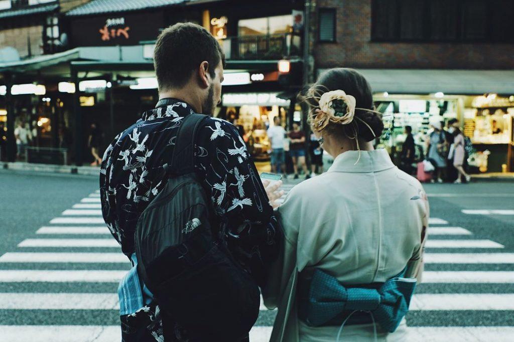 Pareja chico occidental, chica japonesa paseando por las calles de Kioto