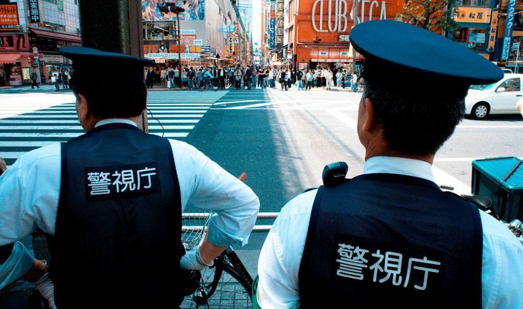 Pareja de policías andando por una calle en Japón