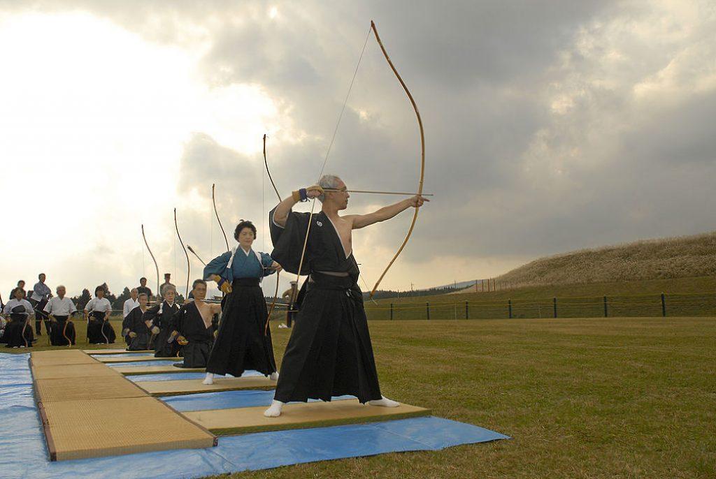 Practicantes de arquería japonesa con arco yumi