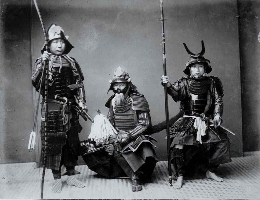 Reetrato en blanco y negro de samuráis armados