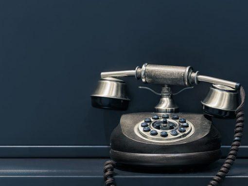 Teléfono antiguo e color negro