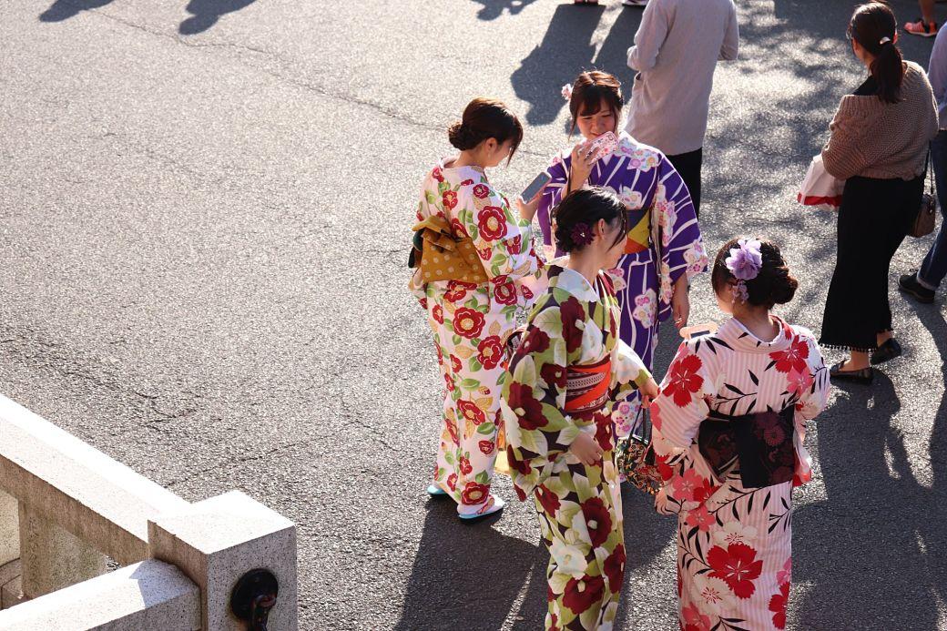 Chicas celebrando la mayoría de edad vistiendo kimono