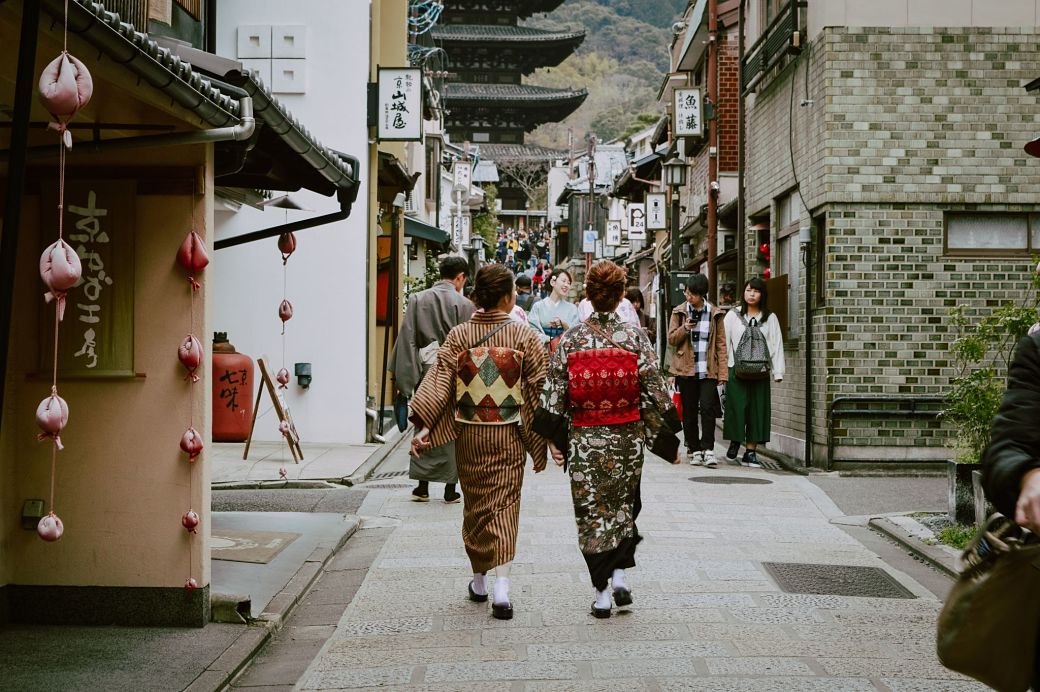 Hombres y mujeres vestidos de época con kimono y atuendos tradicionales de principios de xiglo XX