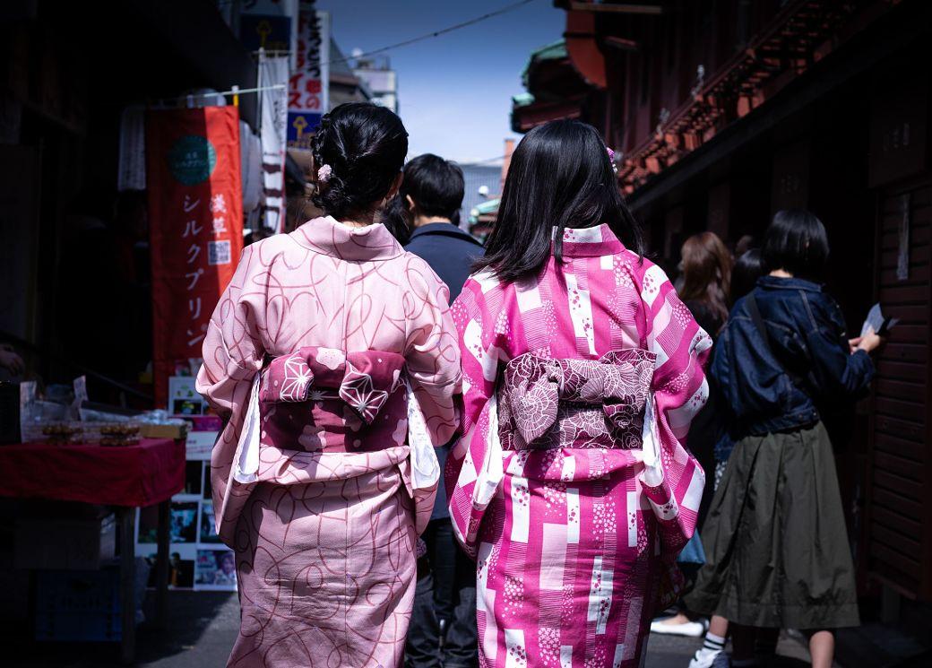 dos chicas japonesas vistiendo kimono japonés color rosa de espaldas