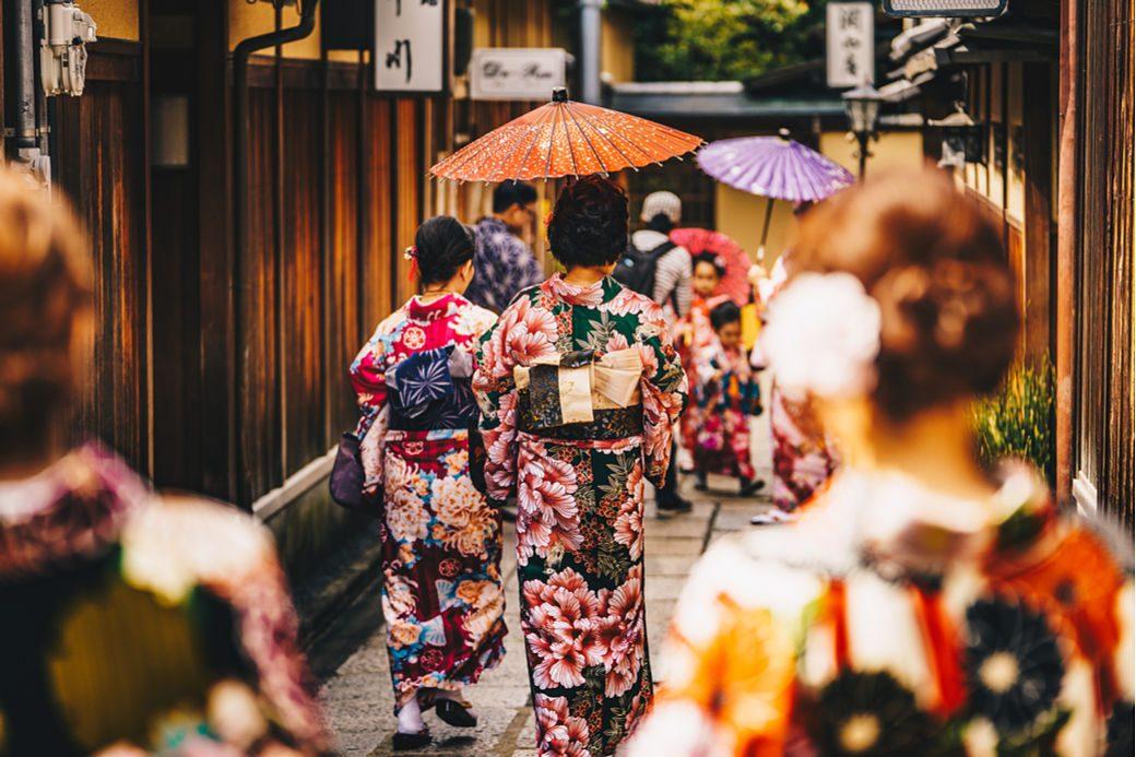 Chicas de espalda vistiendo kimono
