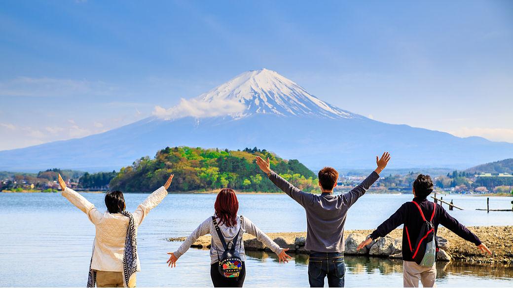 Chicos admirando la silueta del Monte Fuji en Japón