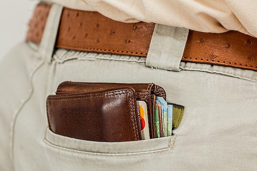 Cartera con tarjetas en bolsillo de pantalon