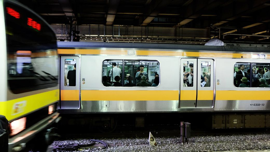 Dos trenes que se cruzan en Japón