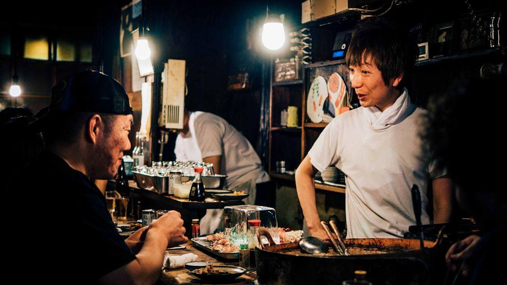 Dos japoneses en un restaurate. Cliente y mesera.