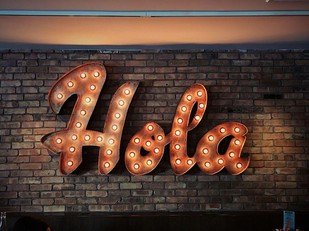 Letrero con la palabra Hola