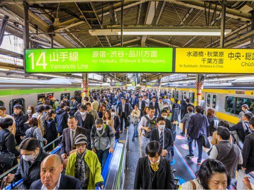Japoneses y extranjeros en una estación de tren de Japón