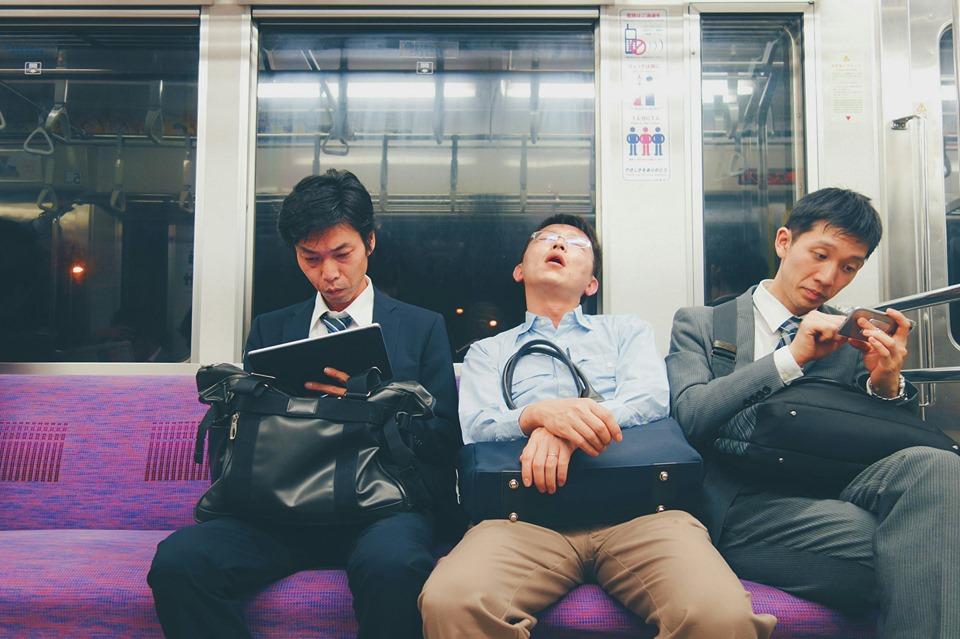 Salaryman durmiendo en un vagón de metro en Japón