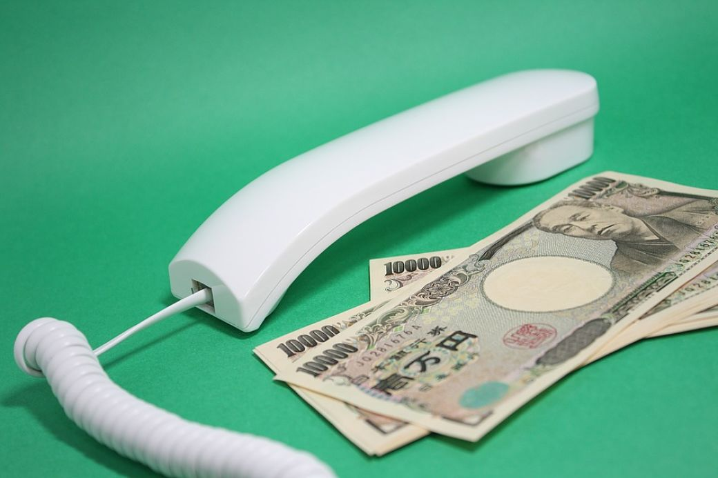 Teléfono junto a billetes yenes