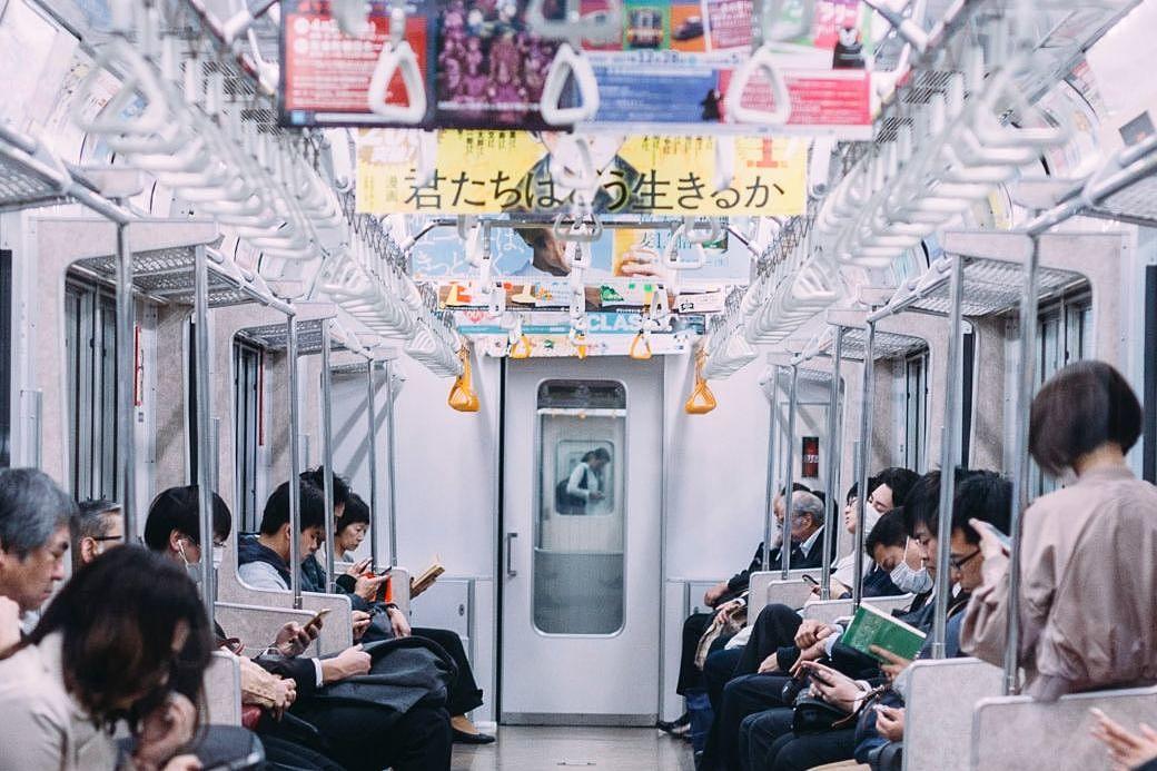 Pasajeros en un vagón de metro en Japón