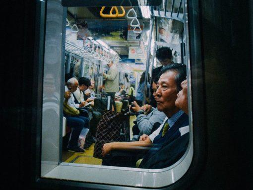 Vagón metro Japón visto desde una ventana