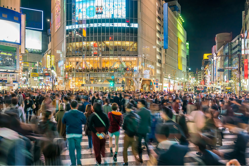 Gente caminando por una calle del barrio de Shibuya, en Tokio