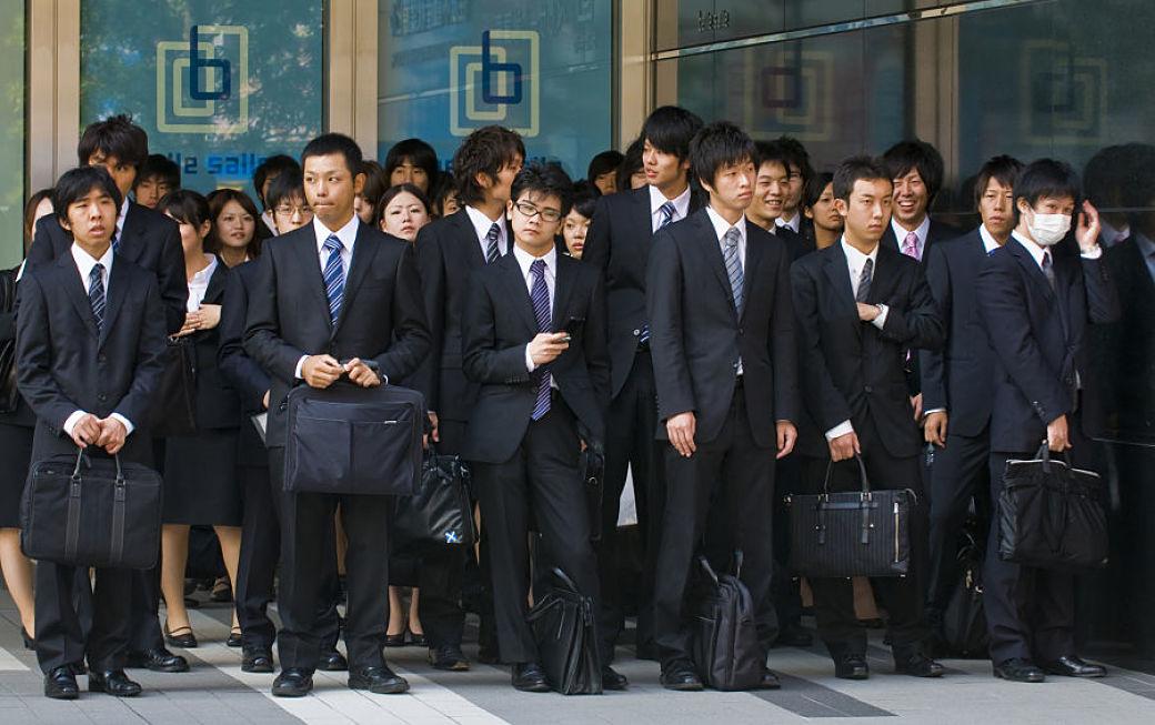 Salaryman japoneses vestidos todos igual