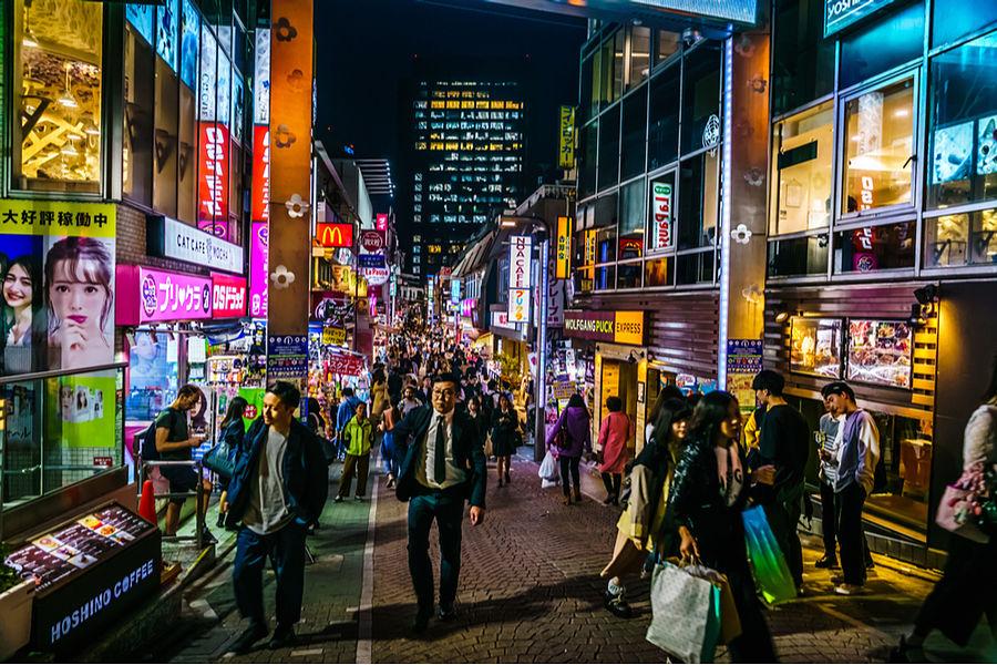 Calla Takeshita Dori repleta de gente por la noche