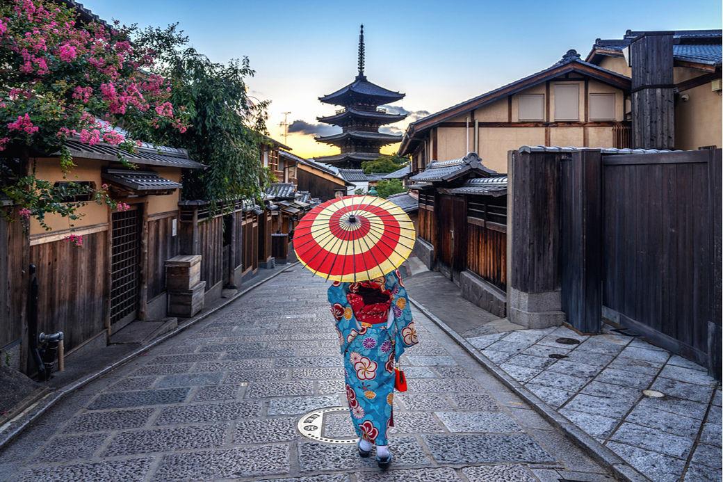 Japonesa vestida con kimono paseando por calle de Higashiyama en Kioto