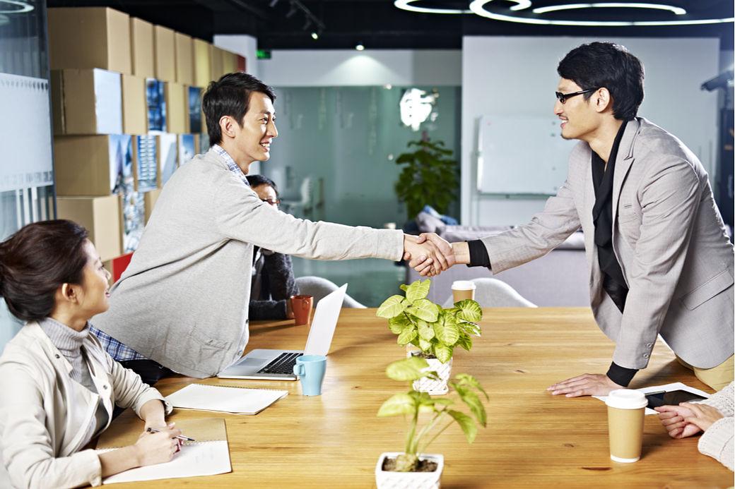 Japoneses saludándose en un ambiente de trabajo