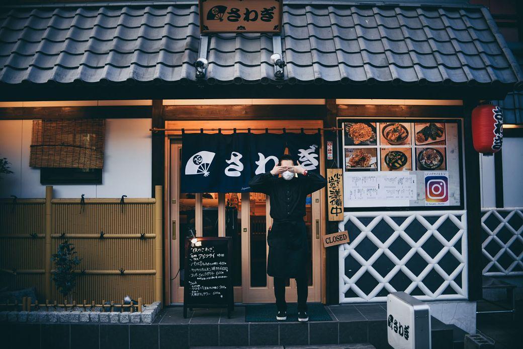 Camarero en frente restaurante japonés