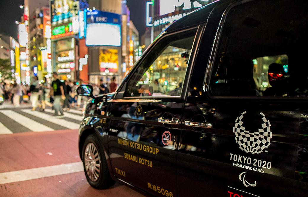Taxi en un barrio de Tokio con una pegatina de los Juegos Olímpicos Tokio 2020
