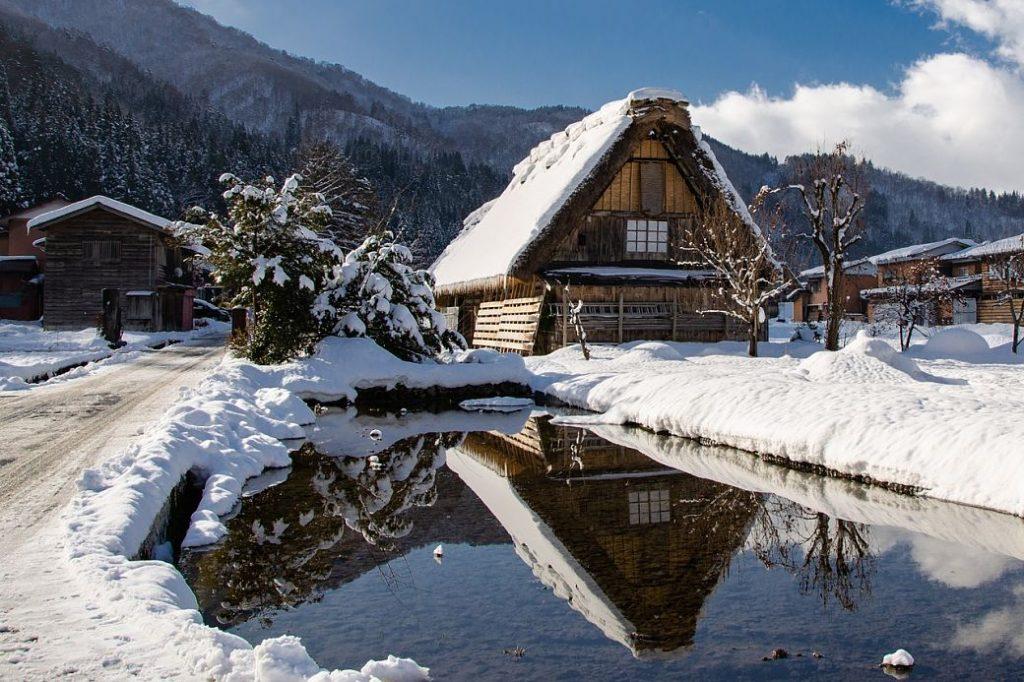 Casa nevada de Shirakawago en los alpes japoneses